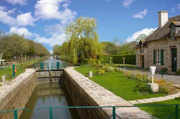 Photo sur Toile Canal Ecluse sur le canal de Nantes à Brest, Malestroit, Morbihan, Bretagne