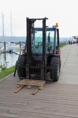 Chariot élévateur sur le quai d'un port
