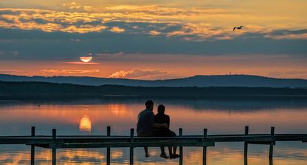 Silhouette junges Paar auf Steg Steinhuder Meer mit Sonnenuntergang und Abendrot