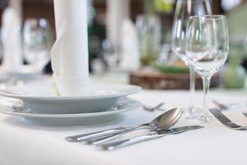 Festliche Tischdekoration für eine Hochzeitsfeier