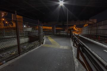 高架下のバイパスの夜道