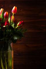 Tulipani e rose rosse