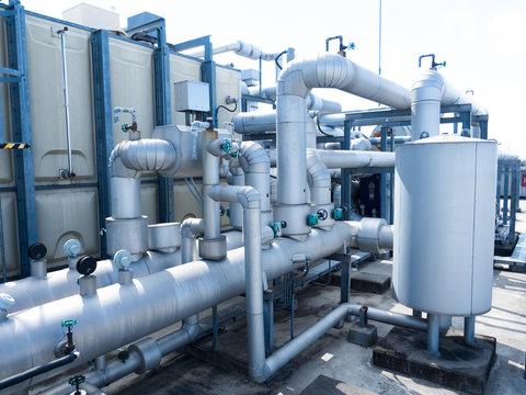 ビルの屋上の貯水タンクと配管