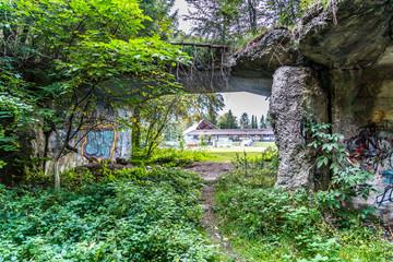 Natur übewuchert Bunker aus dem Zweiten Weltkrieg für Sprengstoff-Herstellung in Geretsried in Bayern