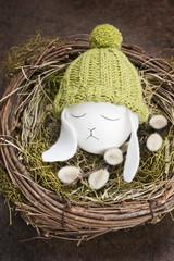 Osterei mit Mütze für den Osterhasen