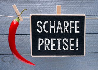 Scharfe Preise - Peperoni mit Kreidetafel auf Holz Hintergrund - Sonderangebot und Rabatt Aktion
