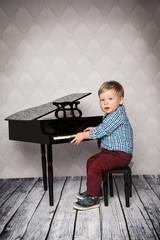 großes Talent am Klavier