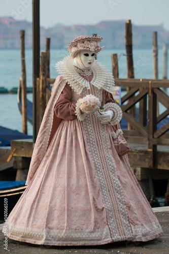 in vendita ultimo stile attraente e resistente Donna mascherata da dama veneziana in rosa