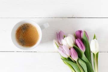 Tulpenstrauß, Tasse Kaffee, weißes Holz