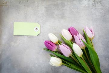 Blumenstrauß mit weißen und violetten Tulpen auf Metall