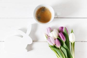 Osterhase, Tulpen, Kaffee, weißes Holz