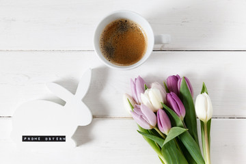 Osterhase, Tulpen, Kaffee, weißes Holz, Frohe Ostern