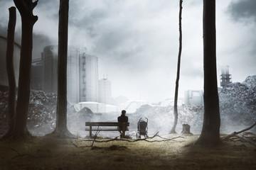 Vater mit Kind vor Müllbergen und Industrieanlagen