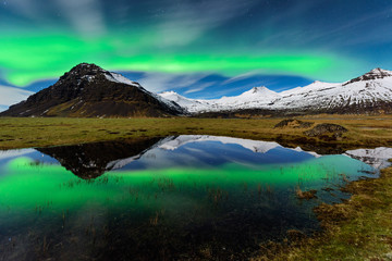Espetacular Aurora boreal na Islandia. Paisagem nocturna de maravilhosa beleza natural.