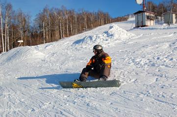 Спортсмен сноубордист в черном и желтом сноубордическом костюме 4fdc04e76ab28
