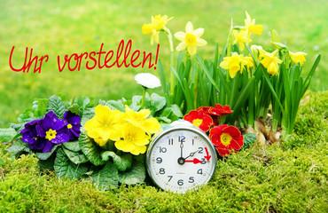 Zeitumstellung, Sommerzeit, Uhr vorstellen, Wecker, Frühlingsblumen