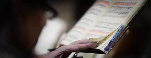 Hand und Noten bei Chorprobe
