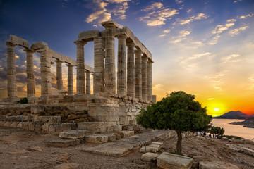 Sonnenuntergang hinter dem Tempel von Poseidon in Sounio, Griechenland