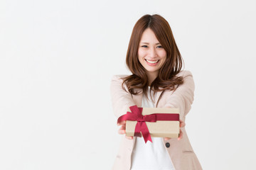 プレゼントを持つ女性
