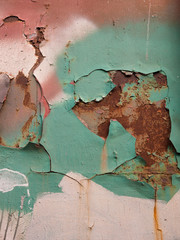 Grüne Farbschichten auf einer rostigen Metallplatte