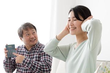 電卓を見せる父親、耳をふさぐ娘、喧嘩、説教