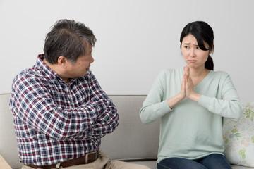 父親に謝る娘、激怒する父親