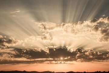 Un tramonto a Roma. Raggi tra le nuvole, luce incredibile.