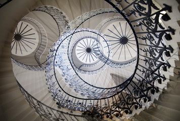 Photo sur Plexiglas Spirale Multiple exposure image of spiral stairs, London. Greenwich house