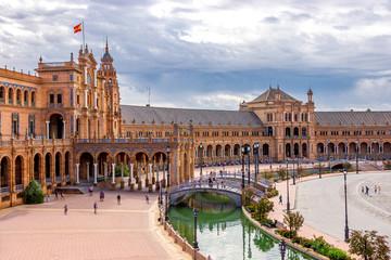 Rundgebäude des Palacio Central mit Wasserkanal am Plaza de España
