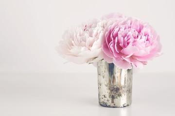 kleiner Strauß Pfingstrosen in einer silbernen Vase, Textfreiraum - perfekt als Hintergrund für Karten oder Zitate