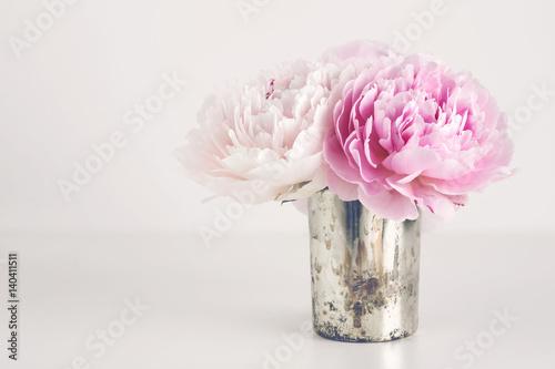 kleiner strau pfingstrosen in einer silbernen vase textfreiraum perfekt als hintergrund f r. Black Bedroom Furniture Sets. Home Design Ideas