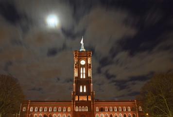 Rotes Rathaus im Mondschein