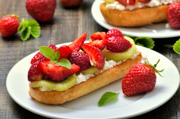 Strawberry bruschetta with kiwi and cream cheese