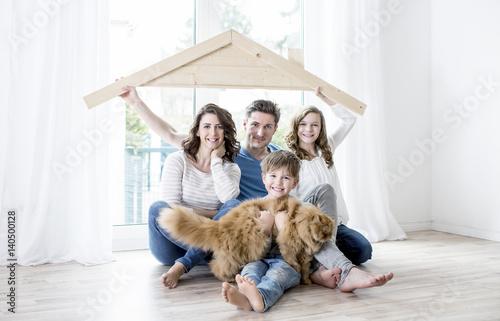 familie im haus stockfotos und lizenzfreie bilder auf bild 140500128. Black Bedroom Furniture Sets. Home Design Ideas
