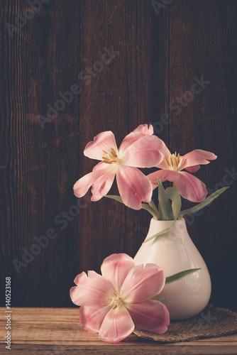 blumen in der vase tulpen stockfotos und lizenzfreie bilder auf bild 140523168. Black Bedroom Furniture Sets. Home Design Ideas