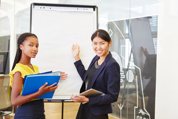 Zwei Geschäftsfrauen bei einer Präsentation