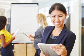 Asiatische Geschäftsfrau mit Tablet Computer