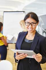 Geschäftsfrau mit Tablet im Start-Up