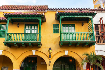 Fotomurales - Yellow and Green Colonial Architectutre