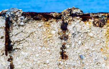 Reinforcement of corroded reinforced concrete structure of iron by the action of sea water
