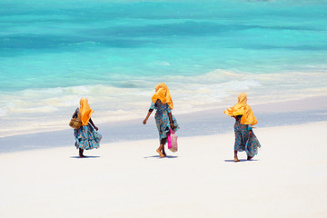 Türaufkleber Sansibar Kids going to school in Zanzibar