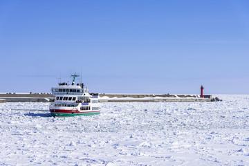 Fototapete - オホーツク海の流氷と砕氷船