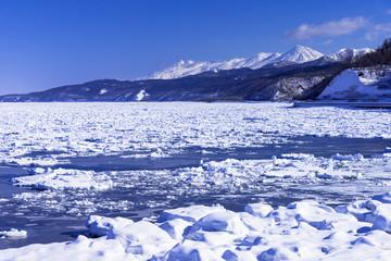 Fototapete - 流氷原と知床連山