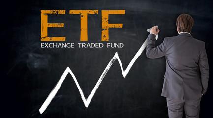 Businessmann schreibt ETF auf Tafel Konzept