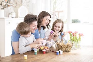 Familie zusammen Ostern