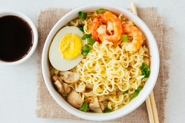 Noodles with shrimps, mushrooms and egg