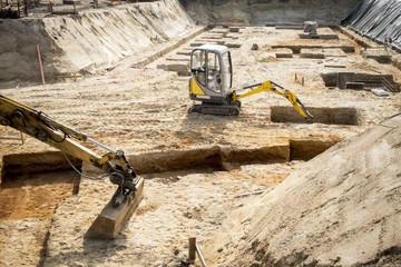 Baustelle - Bagger in Baugrube 3