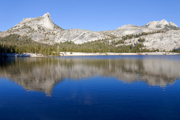 In de dag Reflectie Cathedral Peak reflected in Lower Cathedral Lake in Yosemite National Park