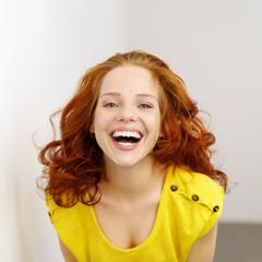lachende junge frau mit gelbem t-shirt