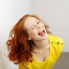 lachende frau mit gelbem shirt